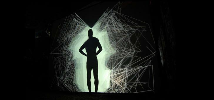 Um homem em um fundo negro representando a síndrome de borderline