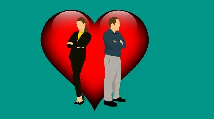 Casal brigado com um coração atrás