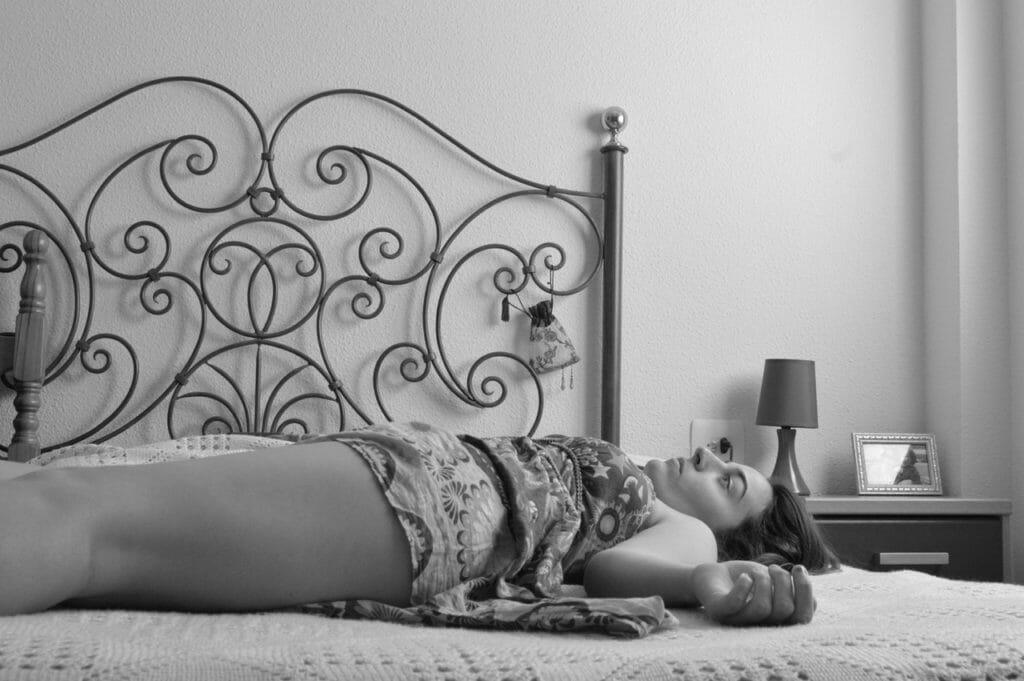 Foto de uma mulher deitada com depressão.